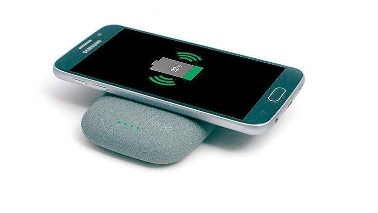 Beim kabellosen Laden beherrschen derzeit die beiden Technologien Qi und Rezence den Markt. Voraussetzung ist dabei stets, dass Mobilgerät und Ladeschale die Technik unterstützen.