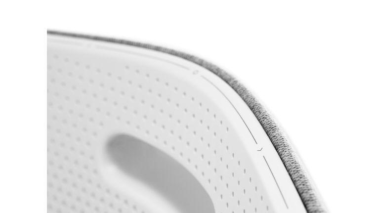 In der oberen Kante des Gehäuses sind die Sonsortasten für Quelle, Lautstärke und Standby untergebracht. Das ist dezent und sehr gut bedienbar.