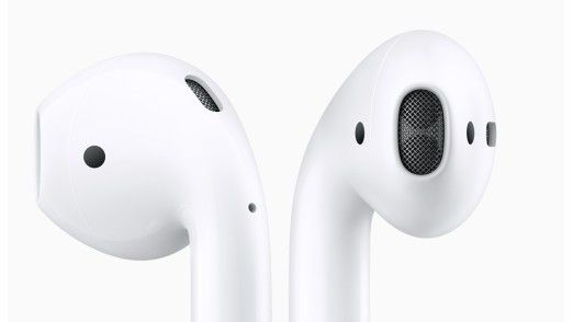 AirPod: Zwei Mikrofone sorgen für eine Unterdrückung der Nebengeräusche bei einem Telefongespräch. Per Touch-Sensor kann man zudem Siri aktivieren.