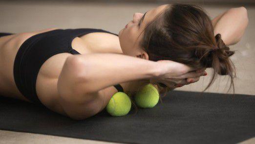 Zwei Tennisbälle reichen für die Übungen, die Dr. Martin Marianowicz empfiehlt.