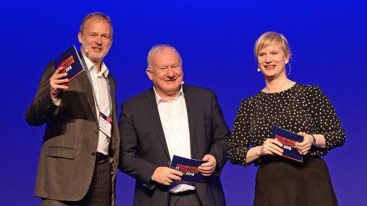 Moderator Horst Ellermann (v.l.), Uwe Jens Neumann, Vorstandsvorsitzender von Hamburg@work (e.V.) und Geschäftsführer der Hamburg@work GmbH sowie Moderatorin Nele Kießling.