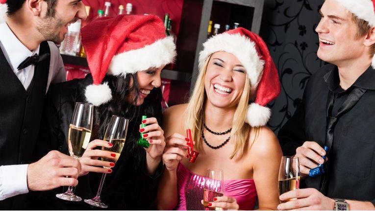 Bei feuchtfröhlichen Weihnachtsfeiern kann es oft zu Unfällen kommen.