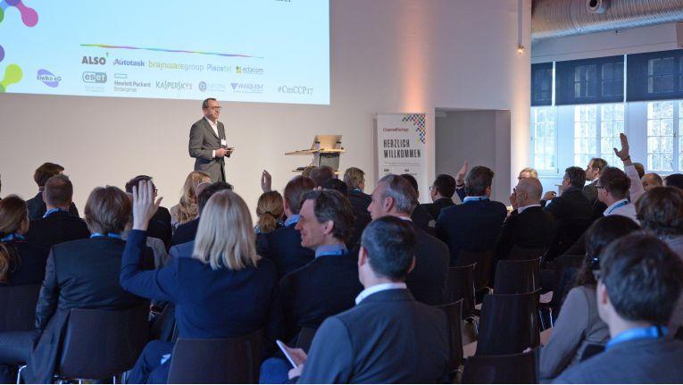 """So ein Publikum wünscht sich jeder Moderator: stets interessiert, dauern Fragen stellend und kritisch bis zur Schmerzgrenze - das ist """"Channel meets Cloud"""" - am 22. Februar in München."""