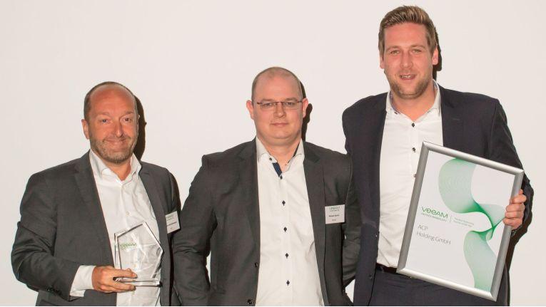 Der Preis für die beste Leistung im Jahr 2017 ging an ACP. Urkunde und Trophäe holten sich Thomas Reichenberger (links) und Joern Grunau (rechts) ab.