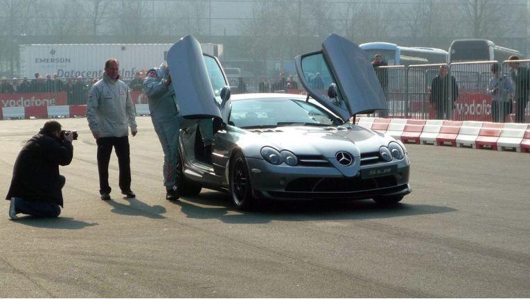Während der CeBIT 2011 war schon genug Platz, damit Vodafone neben Halle 26 mit teuren Autos für billige Tarife werben konnte, indem Messebesucher auf einer kurzen Rennstrecke hin- und hergefahren wurden.