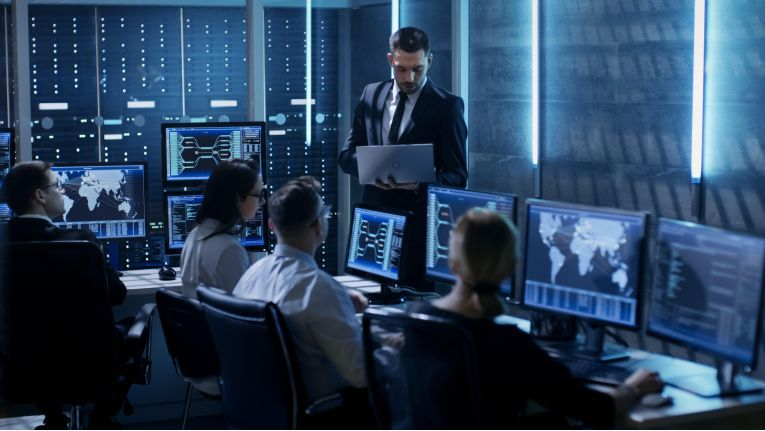 """Fast alle IT-Security-Hersteller unterhalten derartige """"Security Operation Center"""" (SOC). Einige große IT-Security-Dienstleister, wie zum Beispiel NTT Security, sammeln Daten über weltweit auftretende Cyber-Crime-Vorfälle ebenfalls zentral ein."""