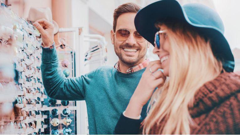 Könnte der Verkäufer die Kundin vom Kauf einer Sonnenbrille überzeugen, wenn es gerade regnen würde? Das richtige Angebot zur passenden Zeit.