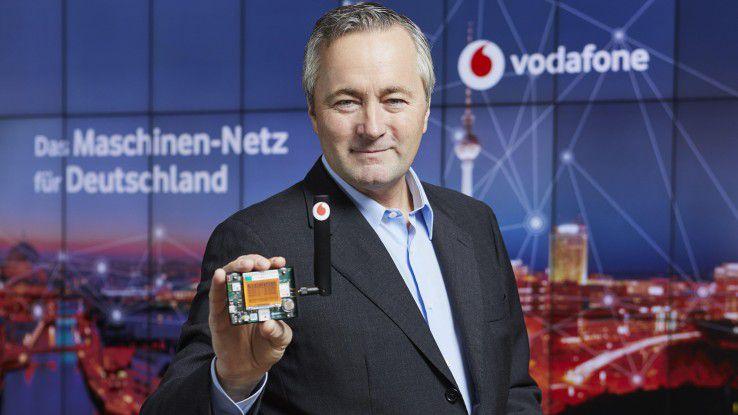 Hannes Ametsreiter, CEO Vodafone Deutschland, mit einem Multi-Sensor für Narrowband IoT.