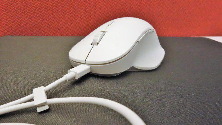 Der Akku der Surface Precision Mouse wird per USB-Kabel aufgeladen. Windows-7-User müssen sich an diesen Anblick gewöhnen.
