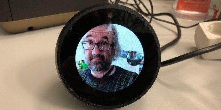 Wir chatten über einen Echo Spot mit unserem Kollegen, der die Alexa-App verwendet.