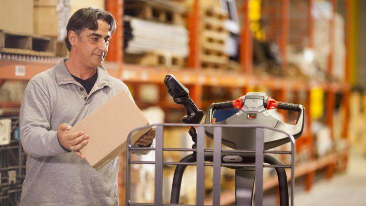 Im Warenlager ermöglichen spezielle Halterungen für robuste Mobilcomputer den Mitarbeitern freihändiges Arbeiten.