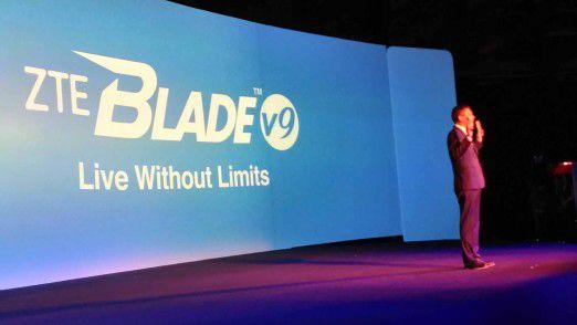 Lixin Cheng, CEO von ZTE Mobile Devices, preist das neue Blade V9 an.
