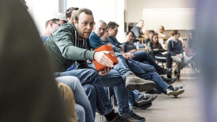 Für das neue Kommunikationsformat QACircle gab es Bestnoten in der anonymen Mitarbeiterbefragung. Alle 100 Mitarbeiter setzen sich einmal im Monat im Stuhlkreis zusammen und werfen sich ein Mikrofon zu.
