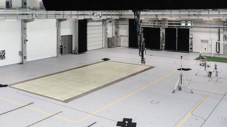 Im Test- und Anwendungszentrum L.I.N.K. am Fraunhofer IIS in Nürnberg erproben Forscher kognitive Sensorsysteme mit Lokalisierungs- und Vernetzungstechnik.