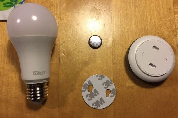 Der Inhalt des Ikea Smart Lighting TRÅDFRI Dimmer-Sets.