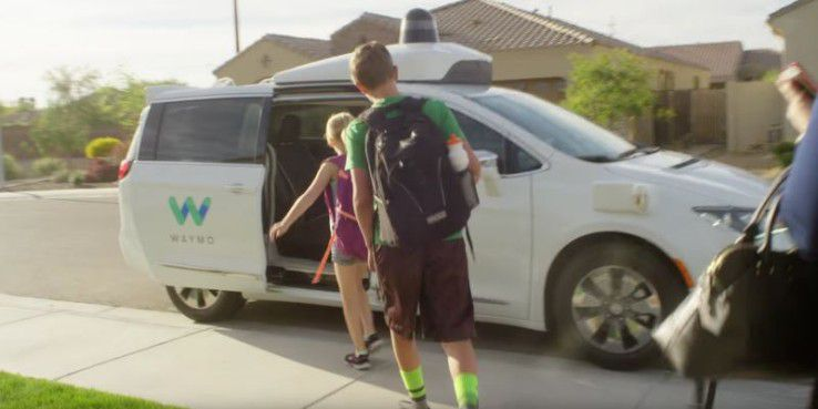 Eine der ausgewählten US-Familien entert ein herbeigerufenes selbstfahrendes Auto.