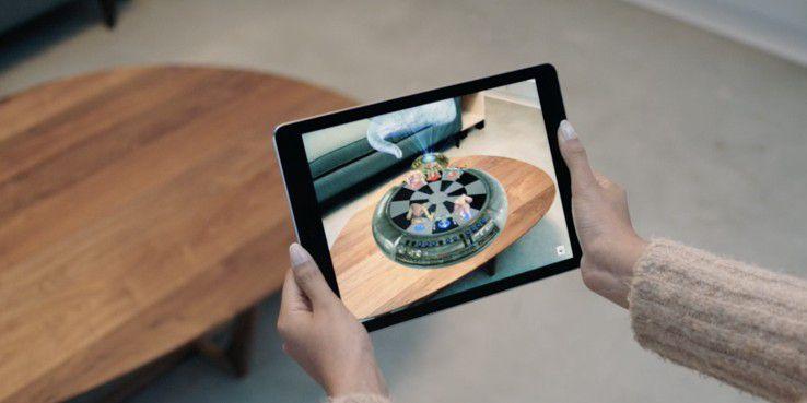 Apples AR-Anwendung überrascht durch die Genauigkeit, mit der virtuelle Objekte auf ebenen Flächen positioniert werden.