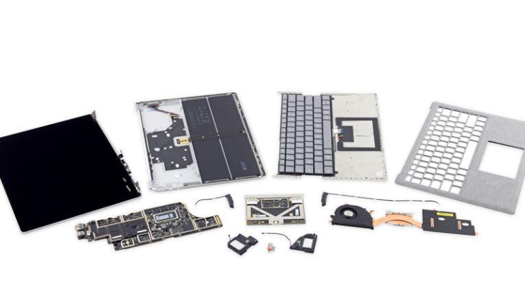 Ein Surface Laptop zerlegt in seine Einzelteile.