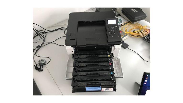 Beim Tonerwechsel ziehen Sie die Schublade des i-Sensys LBP613Cdw zu sich her. Der Canon-Farblaserdrucker benötigt zwar Platz nach vorne, aber nicht zur Seite, und bleibt so kompakt in der Stellfläche.