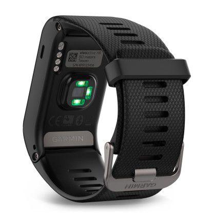 Sehr gut ist auf der Unterseite der Vivoactive HR der Herzfrequenzmesser zu erkennen. Direkt daneben sind die Kontakte für das Ladegerät.