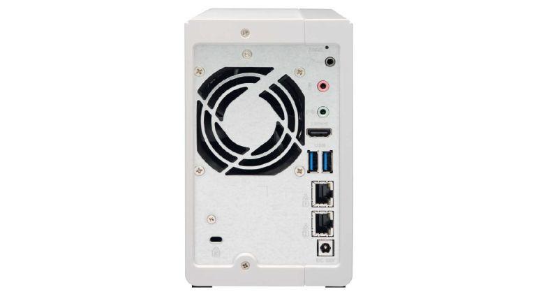 Zwei LAN-Schnittstellen: Sie lassen sich per Link Aggregation bündeln oder dienen zum Anschluss eines weiteren Netzwerkspeichers.