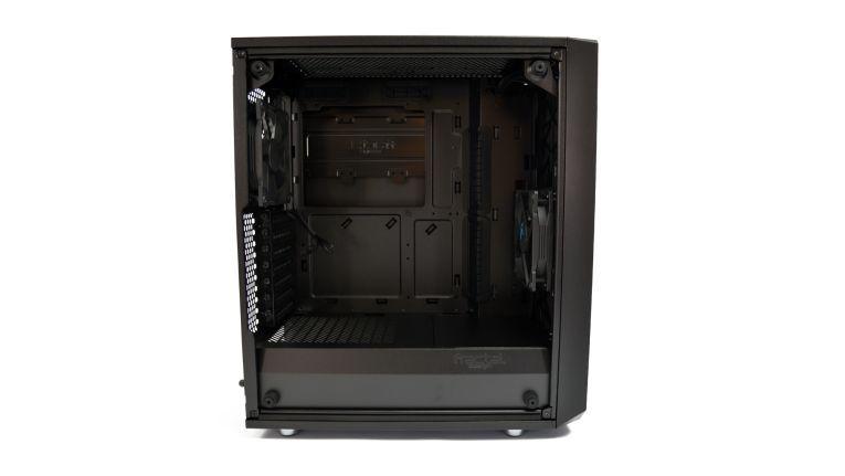 Trotz recht kompakter Außenmaße müssen nur wenig Kompromisse bei der Wahl der Hardware und Kühlung eingegangen werden.
