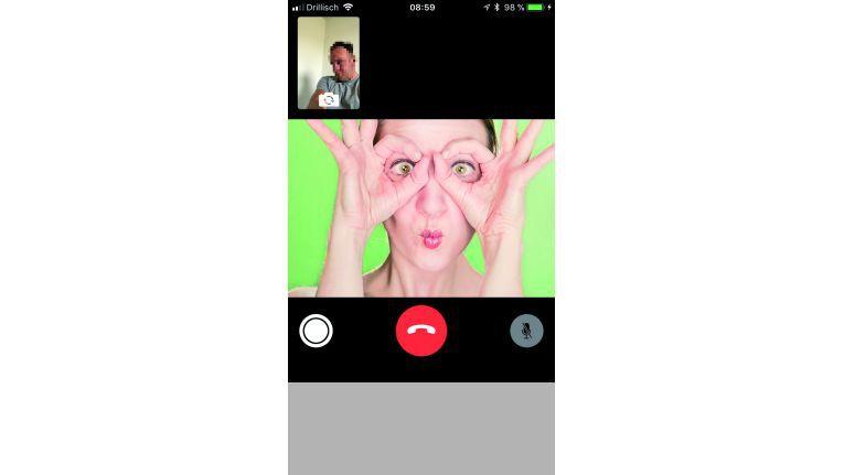 """Ist """"FaceTime Live Photos"""" aktiv kann der Gesprächspartner mit dem Auslöseknopfs links unten aufgenommen werden."""