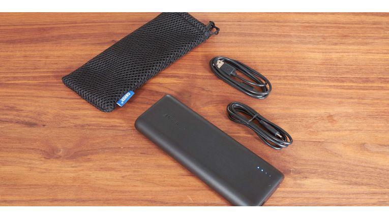 Beim PowerCore Speed 20000PD werden mitgeliefert: Ein Reisebeutel, ein 60 cm Micro USB Kabel und ein 90 cm USB-C auf USB-C Kabel.