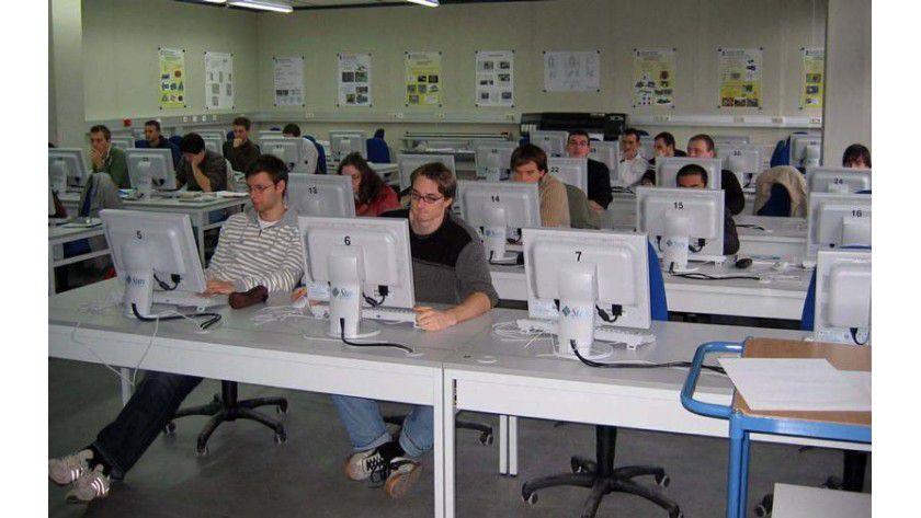 Ein Blick in das CAD/Simulations-Zentrum. Maschinenbau-Studierende arbeiten hier ohne die übliche Geräusch- und Wärmeentwicklung der PCs, die einschließlich Server in einem separaten Raum installiert sind. Foto: Hochschule Reutlingen