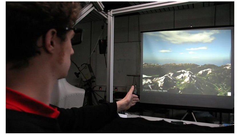 Markus Schlattmann durchfliegt als virtueller Pilot die Alpen. Foto: Frank Luerweg/Uni Bonn