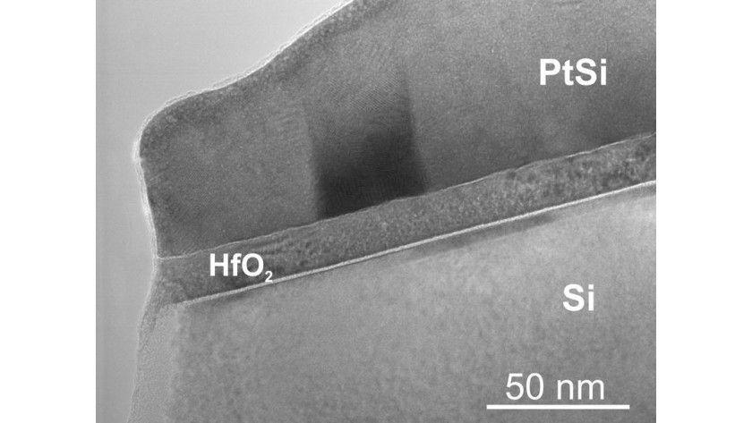 In der Mitte ist die dünne Schicht des Hafniumoxids zu sehen. Abb.: RUB