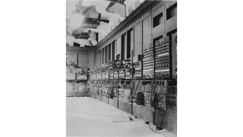 Röhrenbestückte Ungeheuer: Zu Watsons Zeiten waren Computer, wie hier die bekannte ENIAC, Hallen füllende Rechner mit starker Hitzeentwicklung. (Quelle: www.don-lindsay-archive.org/talk/eniac.jpg)