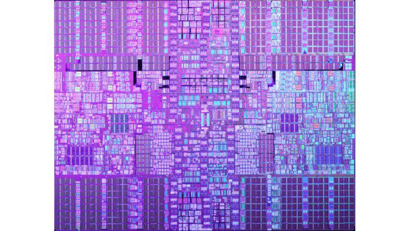 POWER6 mit Dual-Core: Links und rechts in der Bildmitte sehen Sie die zwei Kerne des Prozessors. In den vier Ecken des Die platziert IBM den insgesamt 8 MByte großen L2-Cache. (Quelle: IBM)