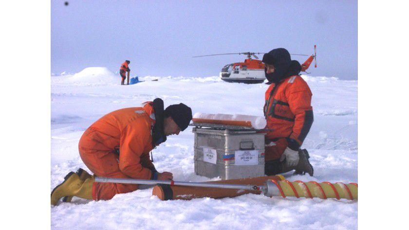 Probennahme eines Eiskerns auf dem Meereis. Foto: Alfred-Wegener-Institut