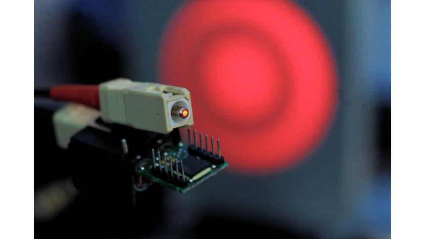 Dank eines neuen Datenübertragungsverfahrens konnten Siemens-Forscher ein Gigabit pro Sekunde durch die Plastikfaser jagen. Foto: Siemens AG