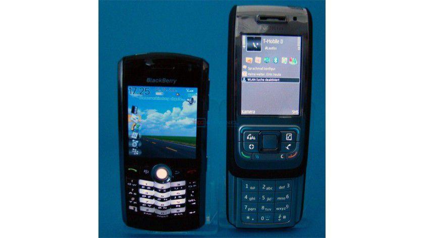 Größenvergleich: Ausgezogen ist das E65 geringfügig größer als der BlackBerry Pearl. In Gewicht und Größe ähneln sich die beiden Smartphones.