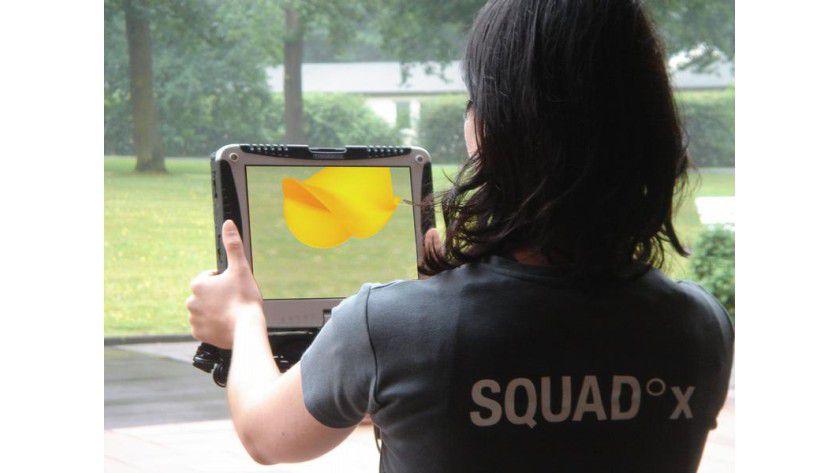 Die magische Linse: An der Rückseite eines Tablet PCs befindet sich eine kleine Kamera. Durch den Bildschirm sieht der Spieler jedoch nicht nur seine Umgebung, sondern auch virtuelle Objekte. Foto: Fraunhofer FIT