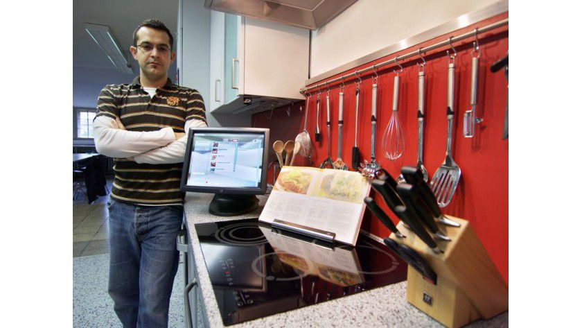 Dr. Daniel Pozzi mit dem digitalen Kochassistenten. Foto: Frank Luerweg, Universität Bonn