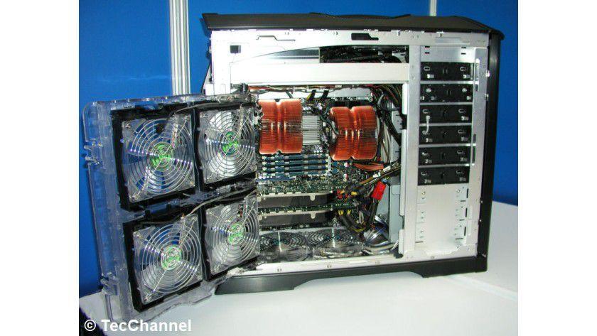 Skulltrail: Die High-End-Desktop-Plattform mit zwei 45-nm-Quad-Core-Prozessoren, FB-DIMM-Speicher und SLI-Grafikkarten basiert auf dem Stoakley-Server.