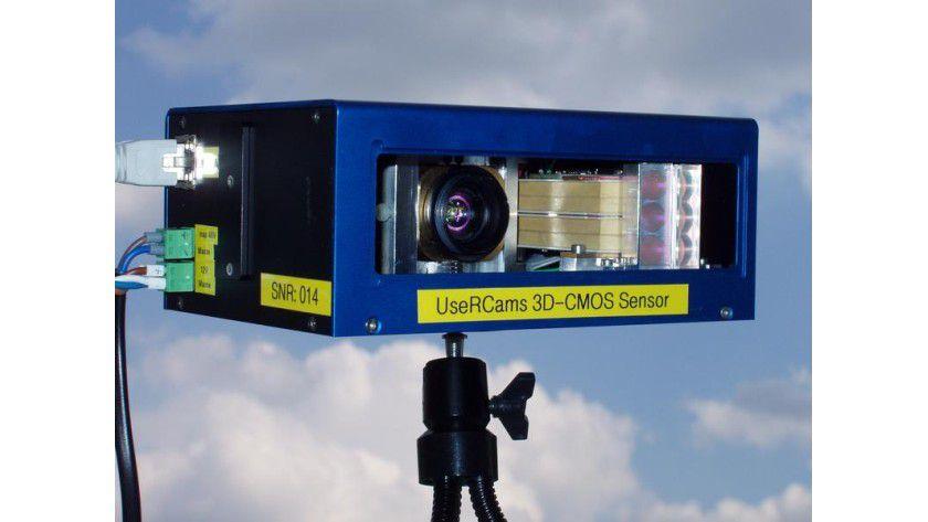 Die neuartige Kamera soll künftig den toten Winkel beim Auto überwachen. Sie ermittelt die Entfernung und drei-dimensionale Gestalt eines Objekts. Abb.: Fraunhofer IMS