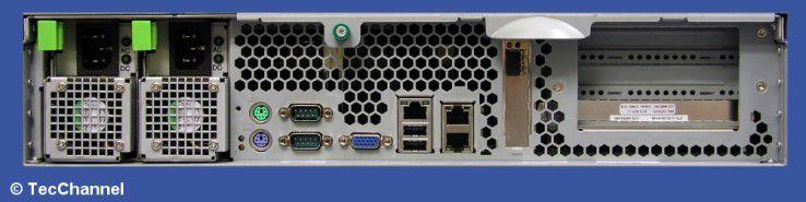 Rückseite: Der Primergy RX330 S1 bietet außer einer optischen Fibre-Channel-Schnittstelle und einem Remote-Service-Port nur Standard-Interfaces.