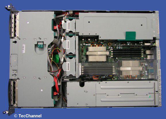 Aufgeräumt: Im Inneren des Promergy RX330 S1 werkeln zwei gut gekühlte Opteron-CPUs des Typs 2220 und insgesamt 8 GByte Hauptspeicher.