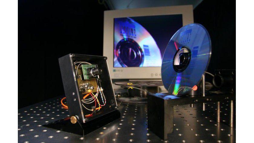 Die Videokamera (links) ist über eine Glasfaser mit einem PC verbunden. Die Kamera braucht weder einen Akku noch muss sie ans Stromnetz angeschlossen werden. Foto: Uni Karlsruhe