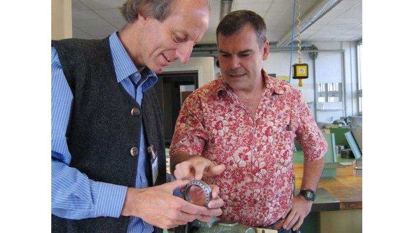 Professor Dr. Wolfgang Ertel und Ausbilder Walter Herzhauser sind guter Dinge - die ersten Walzen der historischen Chiffriermaschine Enigma können schon bald zusammengebaut werden. Foto: Heike Amann