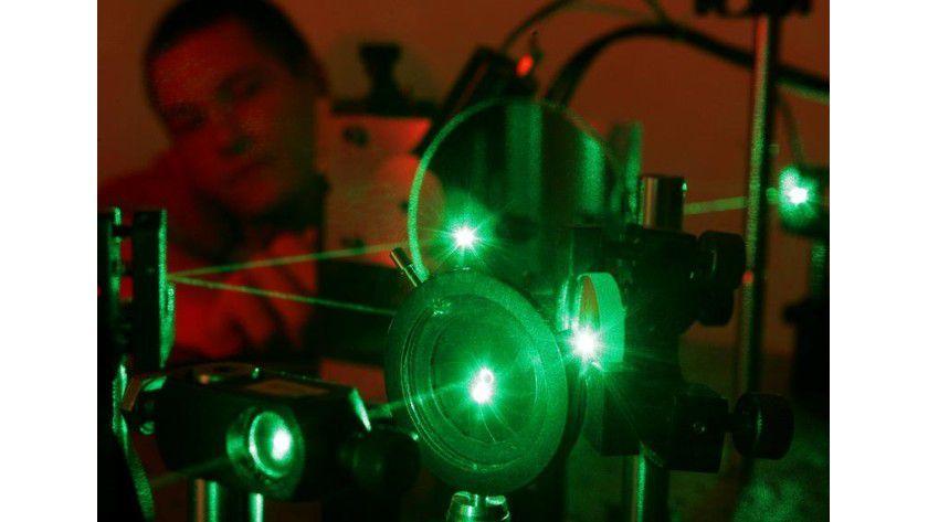 Mit viel Fingerspitzengefühl justiert Diplomand Thomas Baumgärtel den Laserstrahl, der die Nanostrukturen zum Leuchten bringt. Foto: Uwe Meinhold