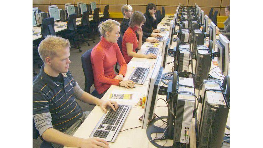 Das elektronische Testcenter befindet sich im ehemaligen Bibliothekssaal der Staats- und Universitätsbibliothek. Es ist das derzeit größte elektronische Testcenter an einer deutschen Hochschule. Foto: Uni-Pressestelle