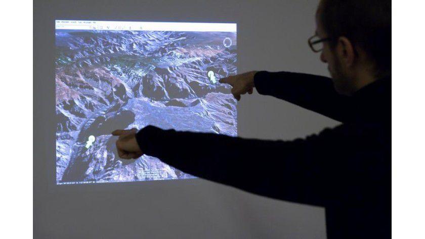 Berührungslose Interaktion zwischen Mensch und Computer: Der iPoint Presenter verfolgt die Fingerposition des Nutzers und reagiert auf die Veränderungen. Foto: Fraunhofer HHI