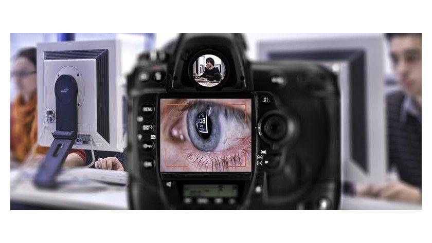 Über Reflexionen auf Teekannen, Kaffeetassen, Brillengläsern oder sogar in den Augen eines PC-Benutzers kann man die Daten eines PC-Bildschirms ausspionieren. Foto: Uwe Bellhäuser