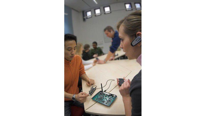 Das neue Bluetooth-Konferenzsystem. Das Herz des Systems besteht aus einem modifizierten WLAN-Router, den über USB angesteuerten Bluetooth-Adaptern sowie Headsets. Foto: TU Chemnitz/Heiko Kießling