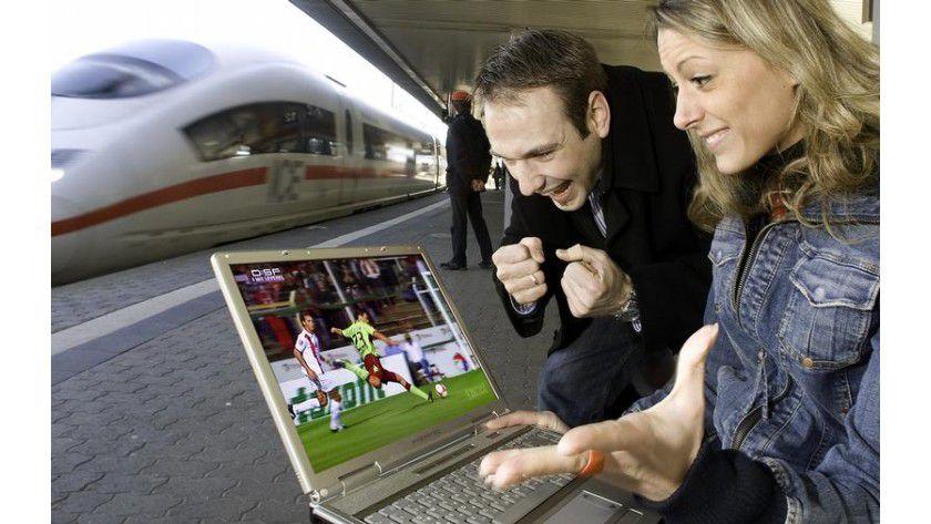 Internet der Zukunft: Live das Bundesliga-Spiel verfolgen beim Warten auf den nächsten Zug. Foto: Uni Saarbrücken